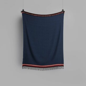 04_wohnen_decke_roros_aKLE-THROW-DARK-BLUE-4055-FRONT